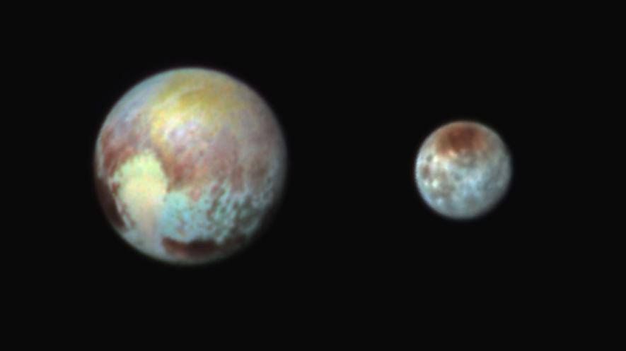 冥王星の衛星カロンに謎の黒い領...