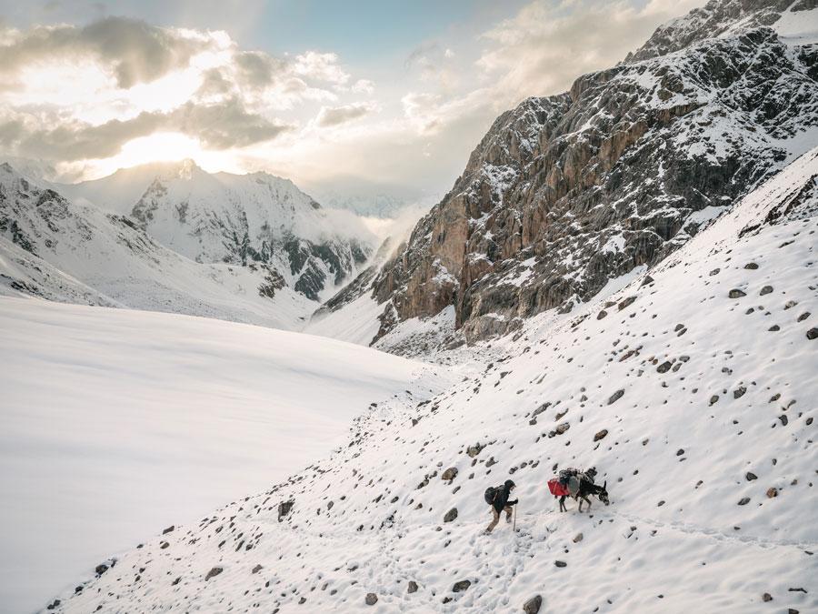歩いて旅したパミール高原の回廊...