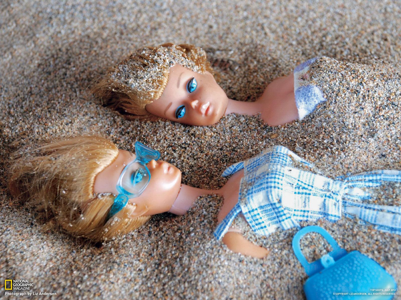 ビーチでくつろぐバービー人形たち ナショナルジオグラフィック日本