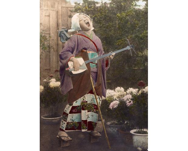菊咲く庭で歌う瞽女(ごぜ)   ナショナルジオグラフィック日本版サイト