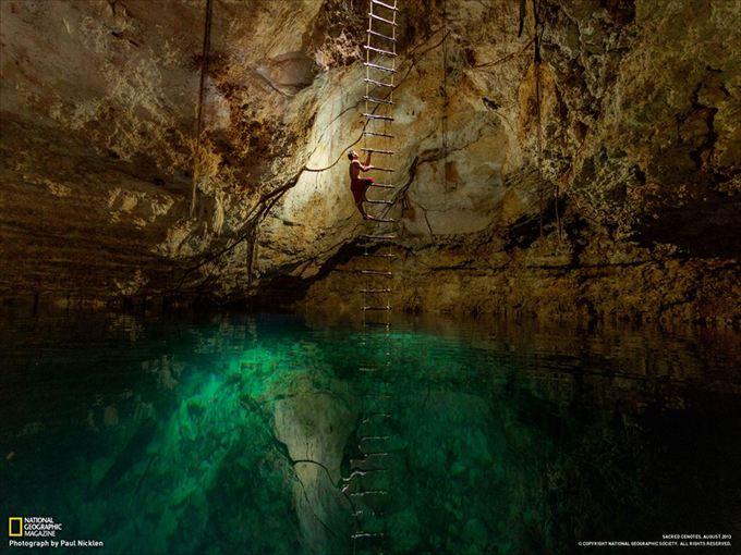 地下18メートルの泉からはしごを伝って地上へ戻る(メキシコ)