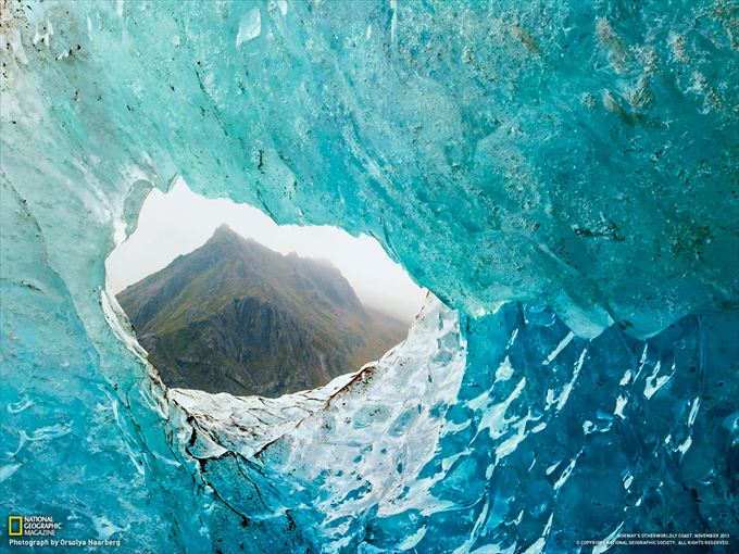 氷河の窓からのぞく山(ノルウェー)