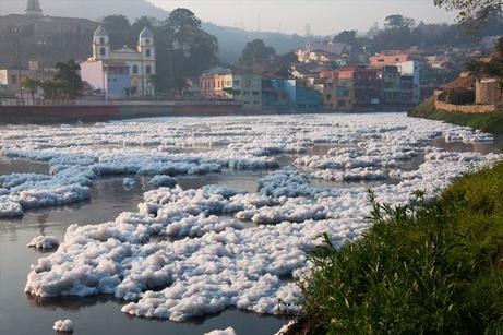 ブラジルの汚染河川:自然の下水...