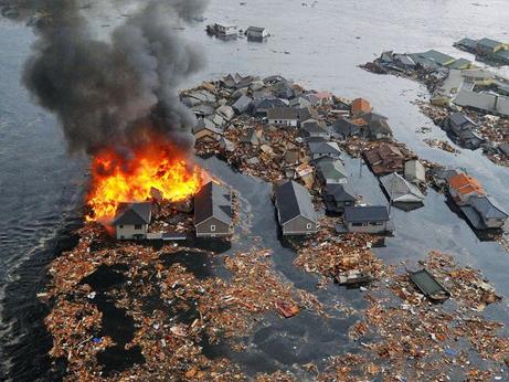 押し流され燃える家、3・11巨大津波 | ナショナルジオグラフィック日本版サイト