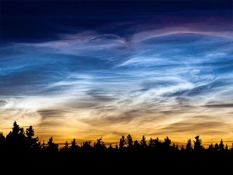 夜光雲の発生、流星の燃えかすが...