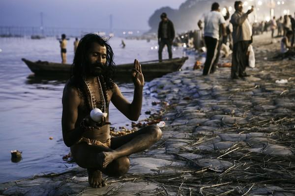 川岸のサドゥー、ヒンズーのクンブメーラナショナルジオグラフィック日本版サイト