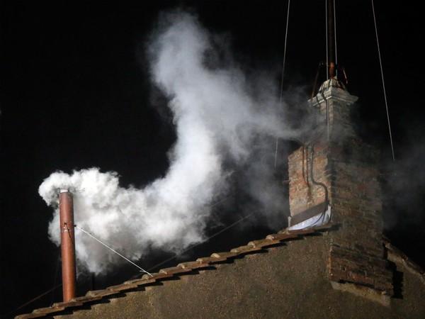 コンクラーベの煙、色を変える方...