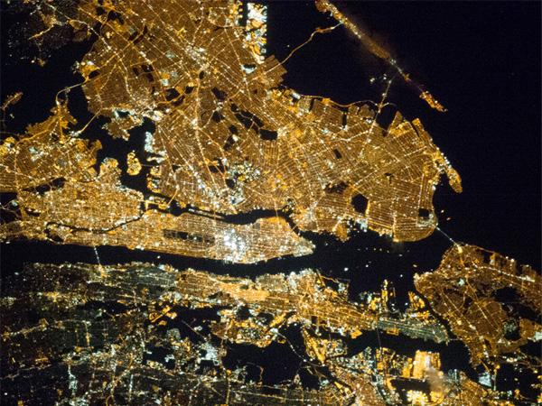 夜のニューヨーク、ISSから撮影 ...