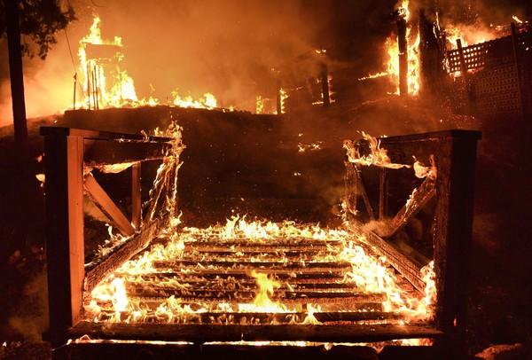 住宅炎上、カリフォルニアの山火事ナショナルジオグラフィック日本版サイト