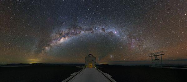 天の川のアーチ、パラナル天文台ナショナルジオグラフィック日本版サイト